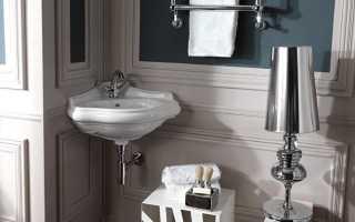 Отделка маленькой ванной разными материалами