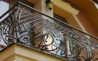 Кованые балконы (93 фото): кованые заборы и балюстрады, решетки в частных домах, уличные клумбы